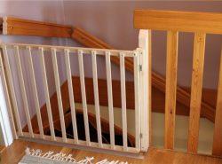 Детские ворота безопасности необходимо установить в дверном проеме и на лестнице для того, чтобы предотвратить движение ребенка в опасные для него зоны помещения
