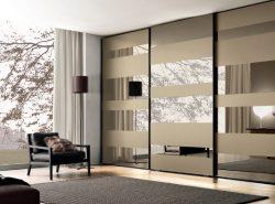 Красивый шкаф в гостиной – это не только стильный декор, но и возможность спрятать большое количество вещей от посторонних глаз