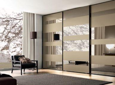 Красивый шкаф во всю стену поможет сделать гостиную стильной и практичной