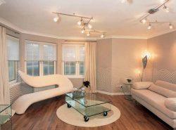 Сделать гостиную просторной можно за счет объединения комнаты с балконом