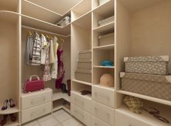 Дизайн гардеробной комнаты следует делать таким, чтобы он был не только красивым, но и функциональным