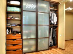 Красивый и практичный шкаф является незаменимой мебелью в прихожей