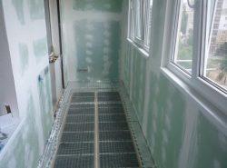 На балконе можно установить как водяной, так и инфракрасный теплый пол