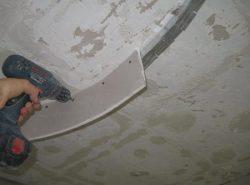 Необходимость сгибать гипсокартон возникает в том случае, если нужно красиво оформить потолок или сделать арку