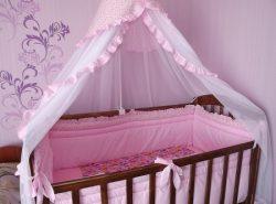 Балдахин на детскую кроватку рекомендуется выбирать тот, который изготовлен из натуральной ткани без вредных для здоровья веществ