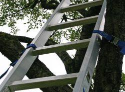 Алюминиевая приставная лестница является незаменимой как в быту, так и при проведении строительных работ