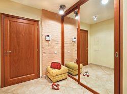 Сделать прихожую уютной и комфортной можно при помощи качественного освещения