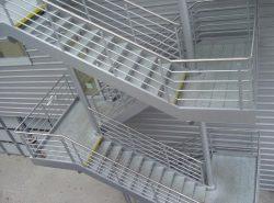 Для того чтобы наружная лестница была безопасной, ее следует правильно установить