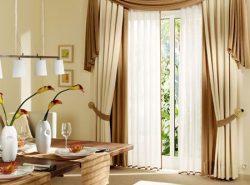 Оригинально и элегантно украсить интерьер можно с помощью двойных штор