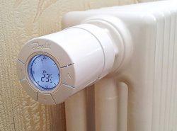 Терморегулятор для радиатора отопления способен понизить исходную температуру до нужных параметров