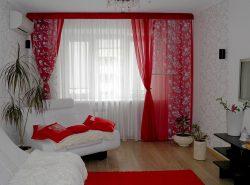 Красные  шторы в сочетании с белыми обоями выглядят очень изысканно