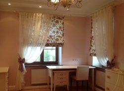Римские шторы хорошо подходят для детской комнаты благодаря отличным эстетическим качествам