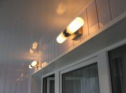 Сделать балкон более функциональным можно путем установки на нем освещения