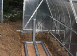 Такой тип отопления способствует прогреву корневой системы растений, значительно ускоряя их рост