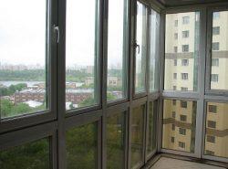 Остеклив балкон панорамными окнами, можно сделать его более красивым и уютным