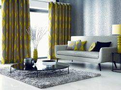Серые обои хорошо сочетаются с яркими шторами