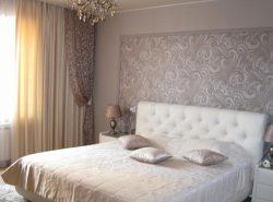 Благодаря шторам можно придать спальне уюта и комфорта