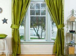 Зеленые шторы придают помещению свежести и заряжают энергией жителей дома