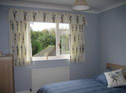 Короткие шторы имеют привлекательный внешний вид благодаря своей компактности
