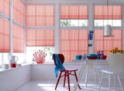 Оригинально украсить окна в помещении можно при помощи красивых штор плиссе