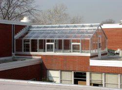 Делая теплицу на крыше, вы сэкономите на фундаменте, проведении коммуникаций для водопровода, отопления и вентиляции