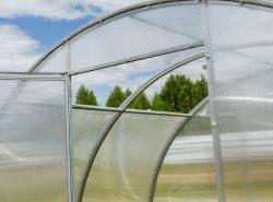 Одной из последних инноваций в строительстве теплиц стала съемная или раздвигающаяся крыша