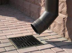 При строительстве загородного дома особое внимание следует обратить на ливневую канализацию