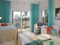 Стильно и оригинально дополнить интерьер комнаты можно при помощи бирюзовых штор