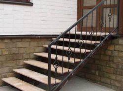 При выборе лестницы на крыльцо дома в обязательном порядок следует учитывать экстерьер дома