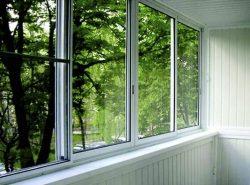 Для обустройства балкона многие предпочитают использовать практичные и надежные алюминиевые окна