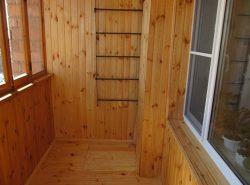 Произвести обшивку балкона вагонкой можно самостоятельно, если грамотно подойти к обустройству помещения