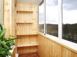 Разместив полки на балконе, можно придать ему функциональности