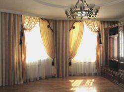 При оформлении эркерного окна необходимо тщательно подбирать шторы, чтобы они подходили по размеру и дизайну
