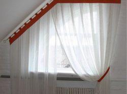 При выборе штор на мансарду стоит учитывать ее размеры и стиль, в котором она выполнена