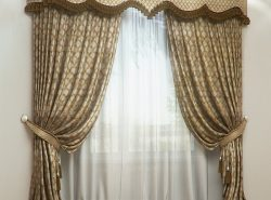 Классические шторы в интерьере современных домов можно встретить очень часто