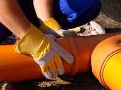 Перед тем как выполнять прокладку канализации, нужно обязательно ознакомиться с теоретической частью процесса