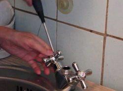 Перед тем как менять кран на кухне, нужно ознакомиться с теоретической частью процесса