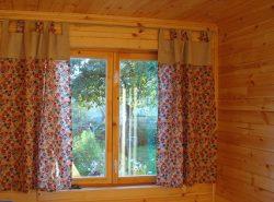 Для дачи отлично подходят шторы, длинной до подоконника
