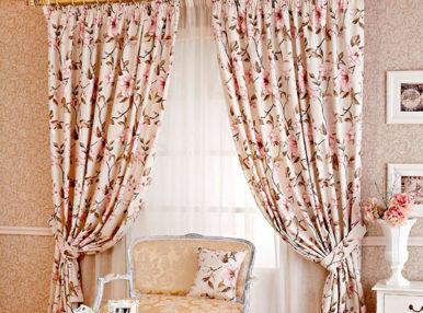 Сделать интерьер уютным и красивым можно при помощи элегантных штор в стиле кантри