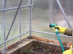 Обработка теплицы осенью крайне важна при любых вариантах использования