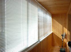 С помощью жалюзи можно существенно улучшить функционал балкона