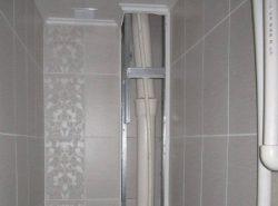 Закрыв трубу в туалете, можно улучшить его эстетические качества