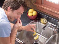 Запах из канализации можно устранить как народными, так и традиционными средствами